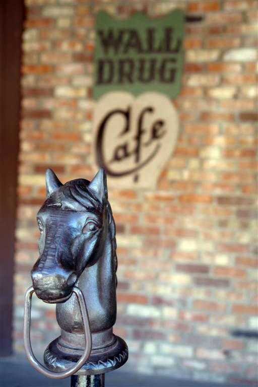 Antiguo poste para amarrar los caballos wall drug store, pare aquí para su agua con hielo gratis! - 6318093606 8e1de06c03 o - Wall Drug Store, pare aquí para su agua con hielo gratis!