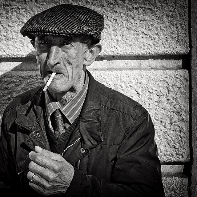 Foto ritratto di un fumatore
