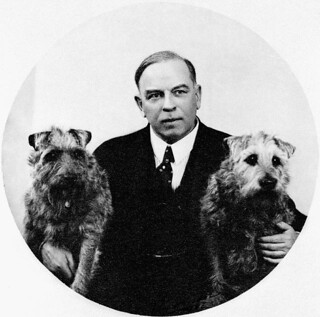 Mackenzie King holding his dog, Pat, and Joan Patteson's dog, Derry, 1938 / Mackenzie King en compagnie de son chien Pat et de Derry, le chien de Joan Patteson, en 1938