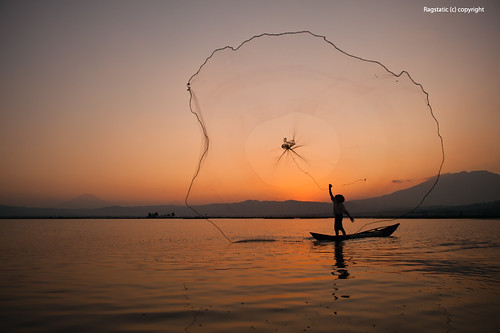 life travel sunset lake color net silhouette circle indonesia boat fisherman cast balance ng rawapening largestnet
