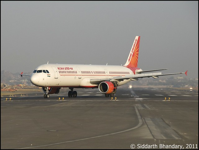 Air India Airbus A321 (VT-PPD) exits RWY 27