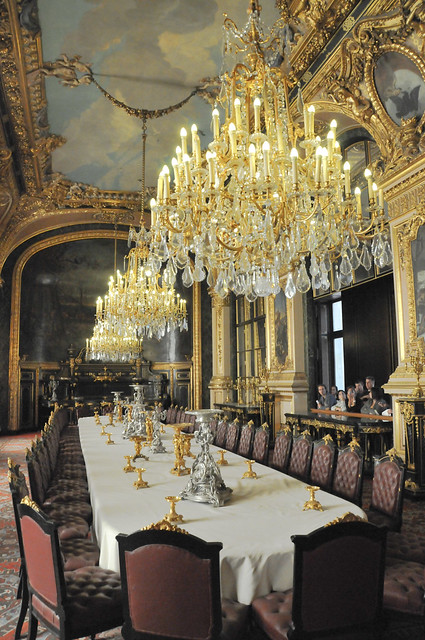 French royal palace dining room and chandeliersat louvre for Most beautiful dining rooms in paris