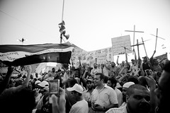 Protesters carrying crosses, chanting for national unity متظاهرون يحملون الصلبان ويهتفون للوحدة الوطنية