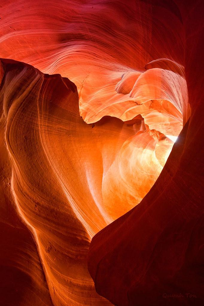 ハート形の形の穴から光が射し込むアンテロープキャニオン