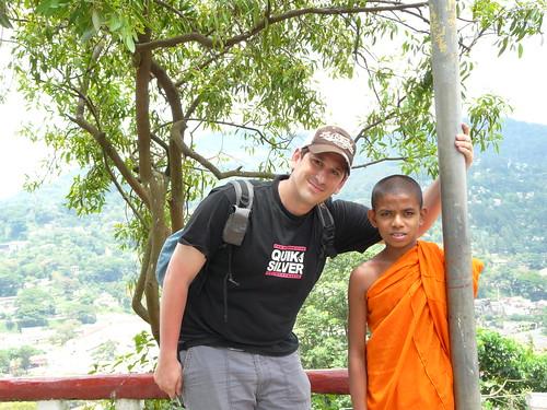 Con un niño-monje de Kandy (Sri Lanka)