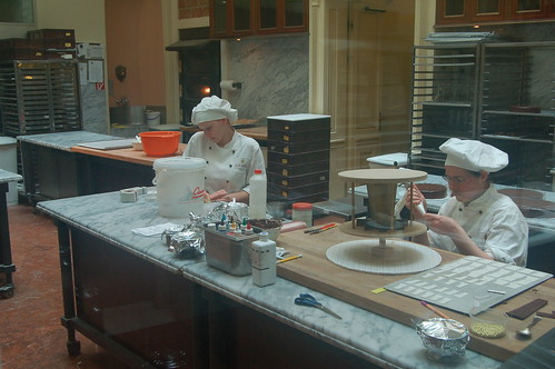 Im Cafe Demel werden Sachertorten hergestellt und den Touristen vorgesetzt