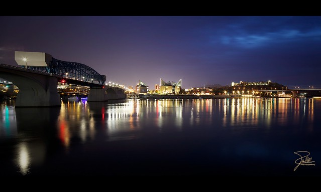 Panorama nocturne sur la rivià¨re Tennessee à  Chattanooga (photo par Frank Kehren Photography)