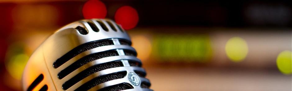 Fotografía de un micrófono clásico con un fondo desenfocado