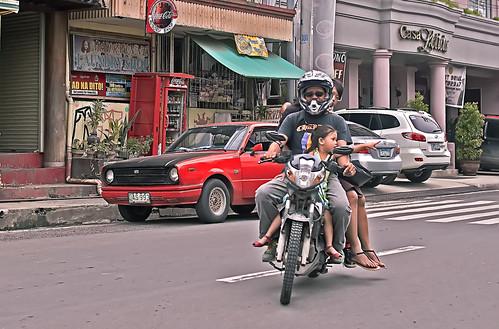 3 en moto, 2 sin casco