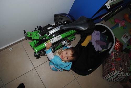 ילדה וברומפטון ירוקים חשמליים