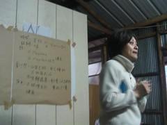 新竹教育大學環境與文化資源學系助理教授張瑋琦主持部落會議。(圖片來源:麻必浩部落市集臉書粉絲團)