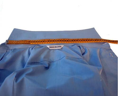 Prendere le misure del collo per una camicia su misura
