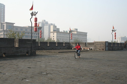2011-11-18 - Xian - City wall - 20 - Ring wall - Rentable bicycle