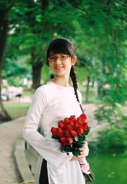 Cô gái Huế bên hồ Hoàn Kiếm