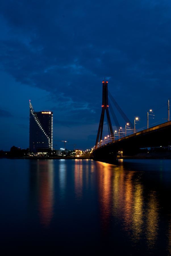 repeating leading lines photography. зеркальность воды и лучи фонарей скользящие по сумеркам, сказочно...  DSC_6557