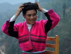 Minoría Yao recollint-se el cabell