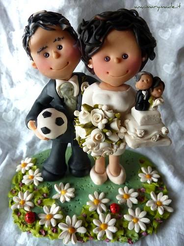 Il Cake Topper di Anna Claudia con lo sposo: lui con pallone di calcio, lei con torta