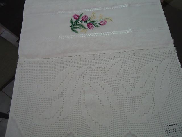 Toalha de lavabo bordado com bico de crochê