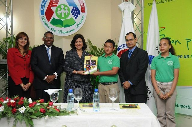 Margarita Cedeño entrega la constitución a Luis Batista