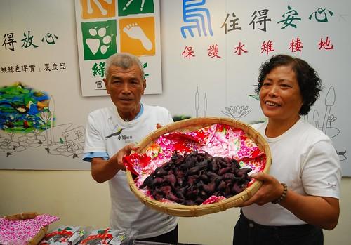菱農夫婦展示栽種的有機菱角。(圖片來源:林務局)