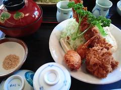 伊豆高原でお昼。特大エビフライ