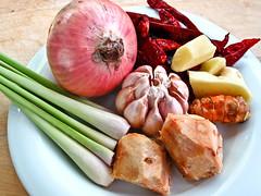 IMG_1790  Curry Ingredients : onion大葱 , garlic蒜头 , dried chilli辣椒干 ,ginger 姜, turmeric 黄姜,  galangal (lengkuas蓝姜 ),  lemongrass香茅