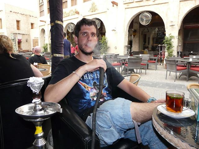 Pablo fumando shisha en Doha (Qatar)