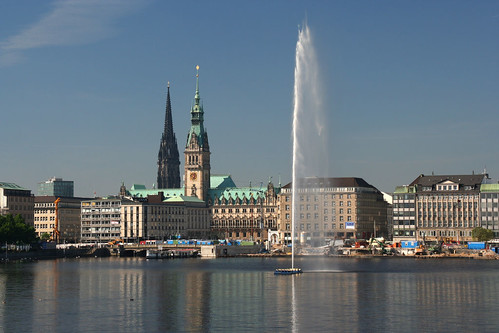 Hamburg waterfront (by: LuxTonnerre, creative commons license)