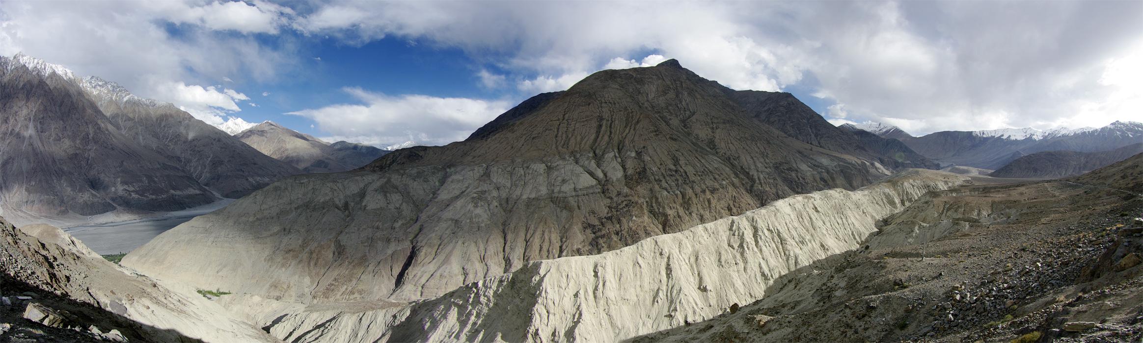 Спуск в Долину Нубра с перевала Хардунг Ла. Ладакх, Индия. Панорамы Гималаев