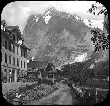Maisons de village au pied d'une montagne, Alpes