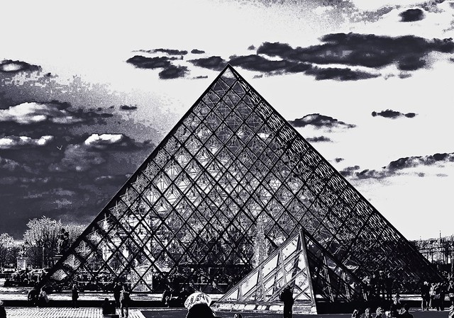 une vue originale de la pyramide du louvre paris noir et blanc flickr photo sharing. Black Bedroom Furniture Sets. Home Design Ideas