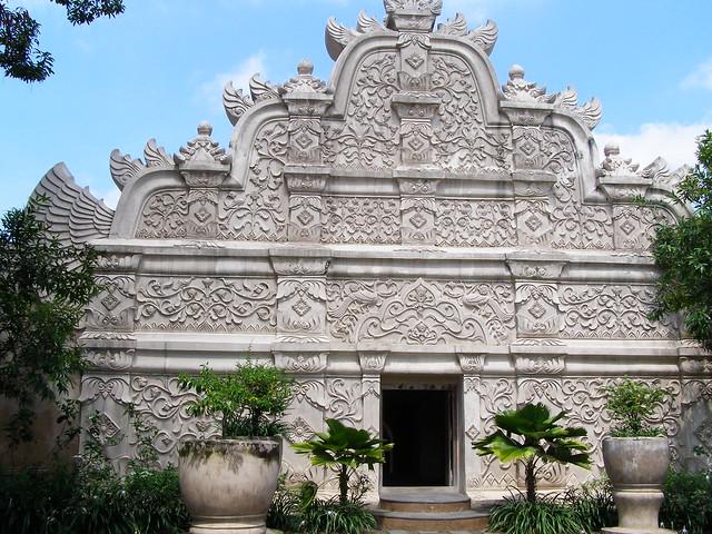 這建築設計融入了濃厚的文化藝術風格