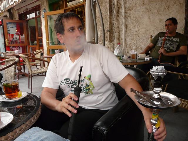 Sele fumando shisha en Doha (Qatar)