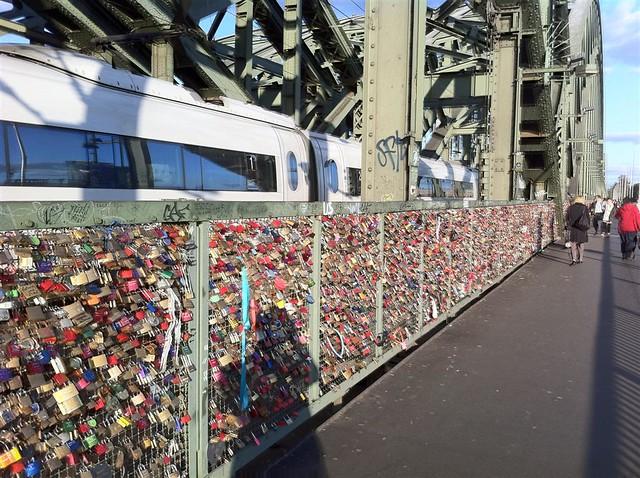 QUÉ HACER EN COLONIA: Puente del tren sobre el río Rhin, repleto de candados qué hacer en colonia - 6248641821 1fd19f622c z - Qué hacer en Colonia, Alemania