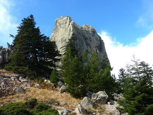 Trace vers Bocca Cilindinu : dans la traversée col N-Bocca Cilindinu, le sommet de Punta Samulaghja dans une éclaircie