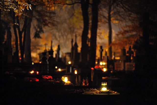 Cimetière Powazki à Varsovie à la Toussaint la nuit. Photo de Kuba Pozanowski.
