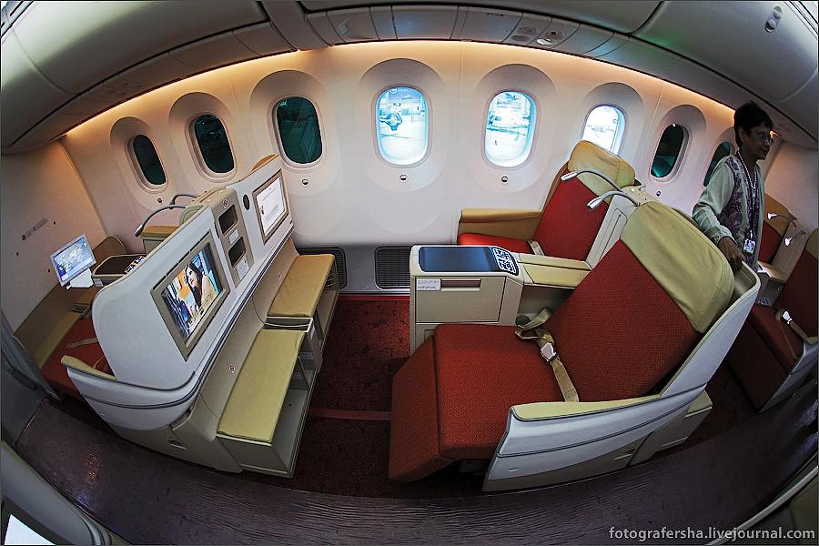 Салон бизнес-класса самолета Boeing-787 Dreamliner (B-787 Дримлайнер)