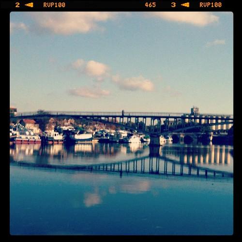 倒映著,美麗的天氣和小鎮