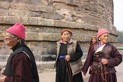 Sarnath, Dhamekh Stupa, Tibetan women
