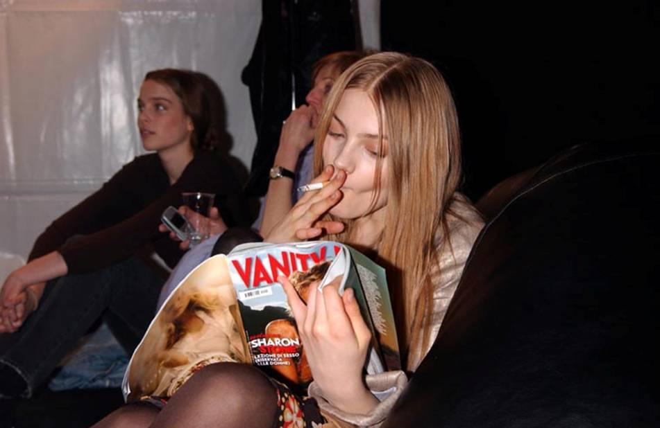 Anna-Jagodzinska-fumando-un-cigarro
