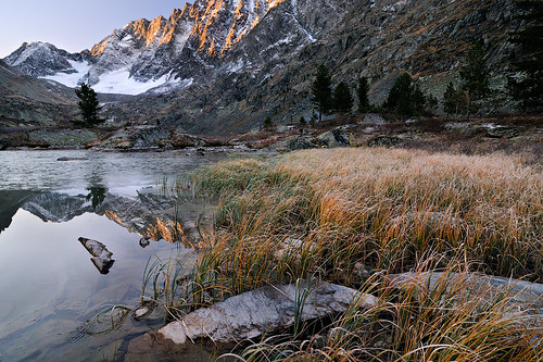 autumn lake mountains grass landscape geotagged dawn frost russia stones hoar sedge altai 2011 altay watermirror алтай иней ustkoksa осока nikond300 горныйалтай altairepublic tokinaaf12244 озерокуйгук kuyguk kuiguk katunridge куйгук