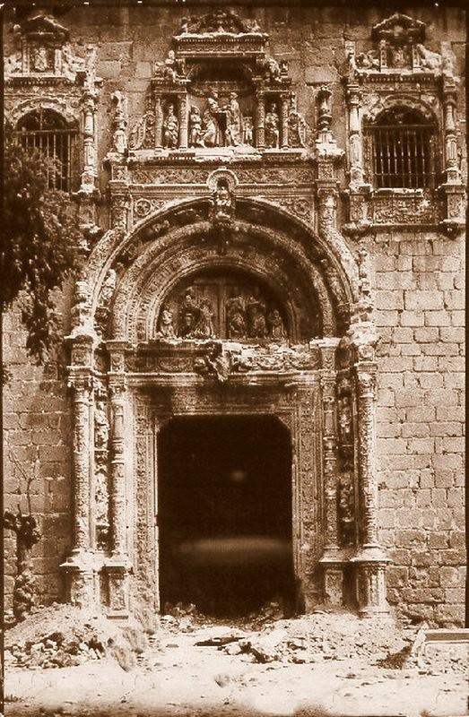 Portada del Hospital de Santa Cruz dañada durante la Guerra Civil