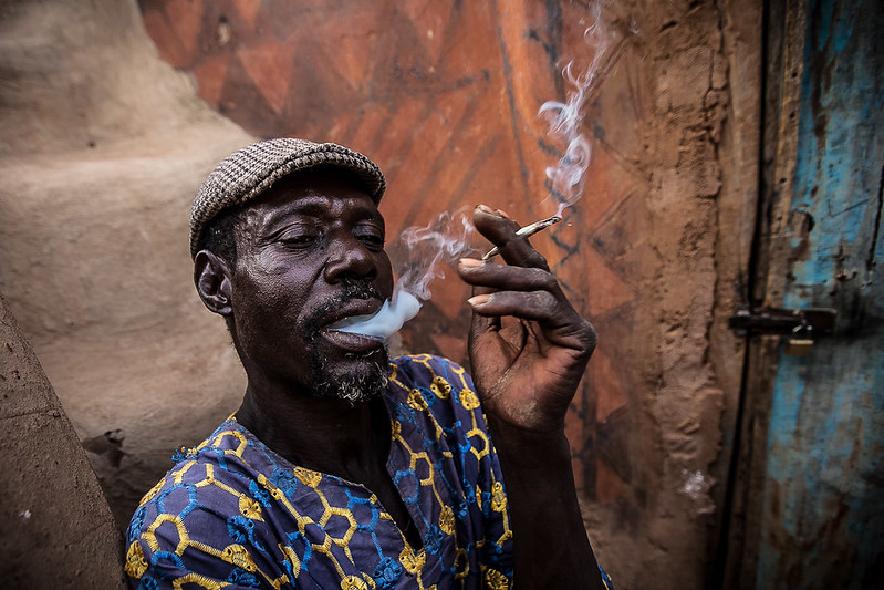 man who smokes of the people Gurunsi, south of Burkina Faso