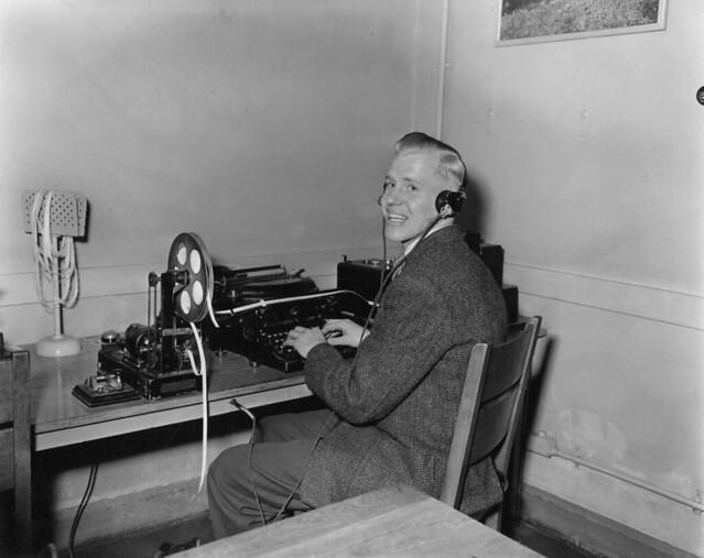04-09-1957_14415 Radiotelegrafist Roel Tillart