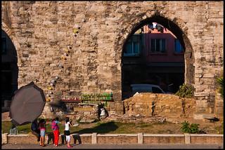 Immagine di Valens Aqueduct. girls turkey arch roman turkiye balloon istanbul aqueduct romano acueducto empire shooting niñas arco turquia globo estambul valens imperio disparos disparando