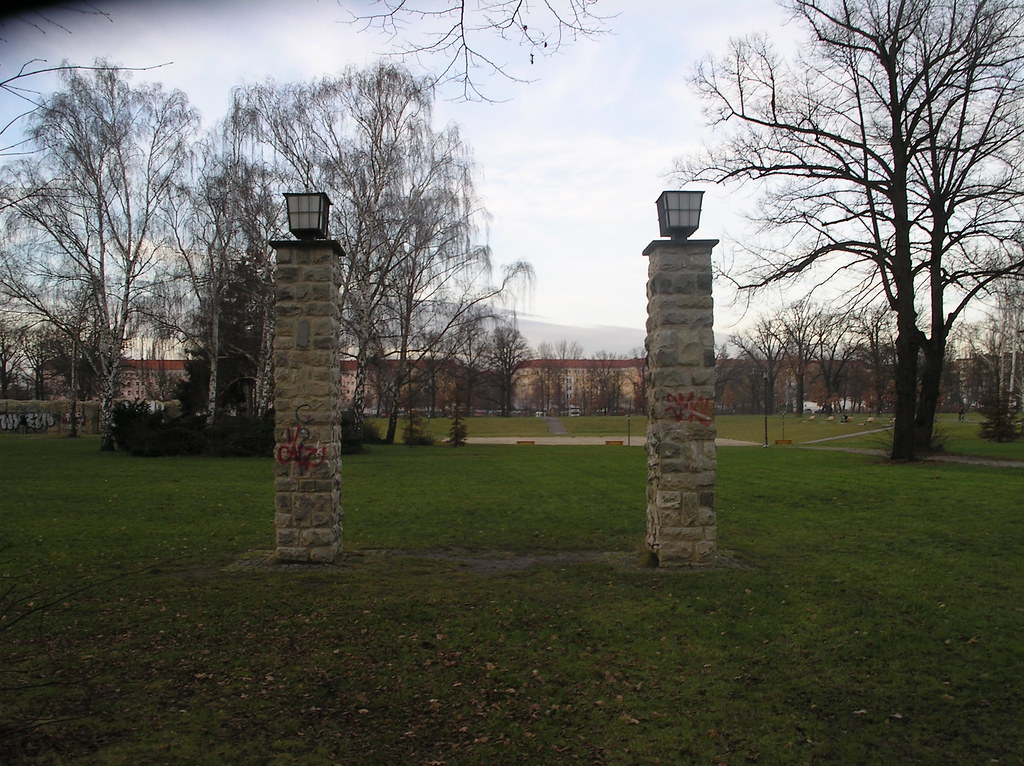 1951 Berlin-O. westliche Leuchten auf Torpfosten Friesen-Schwimmstadion von Karl Souradny Volkspark Friedrichsain Margarete-Sommer-Straße in 10249