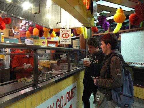 paul et clem surveillent leurs hot dogs.jpg