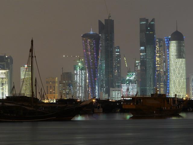 Skyline nocturno de Doha (Qatar)