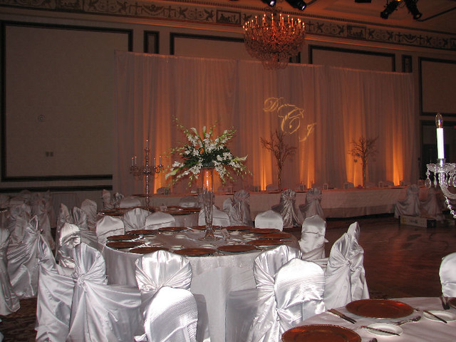 The wedding table centerpiece ideas are an arrangement of calla lilies and