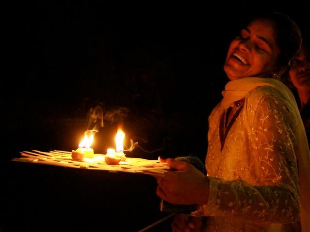 Jeune fille en joie, Jhalrapatan, Inde, India, Rajasthan (Philippe Guy)